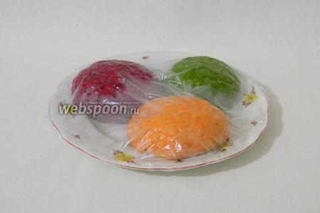 Цветное тесто сложить на тарелку, накрыть пищевой плёнкой и оставить в холодильнике на час.
