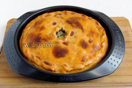 После проверки готовности картофеля достать пирог из духовки. Сбрызнуть водой и накрыть полотенцем на 10 минут.