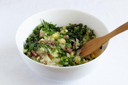 К начинке добавить нарезаную зелень, хорошо перемешать, посолить и посыпать специями.