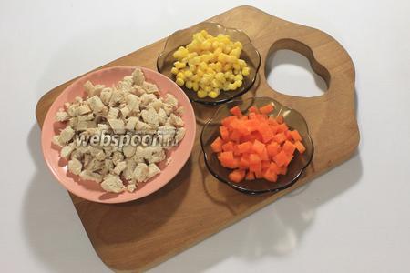Мясо и морковь порезать кубиками, с кукурузы слить жидкость.