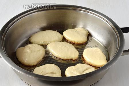 На сковороду с разогретым подсолнечным маслом столовой ложкой выложить небольшие лепешки.