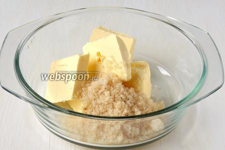 Соединить сахар, ванильный сахар и мягкое масло. Взбить до посветления массы.
