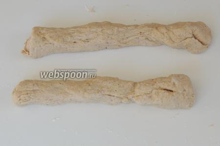 Скатаем руками 2 «колбаски» такой длиной, чтоб можно было соединить их в круг.