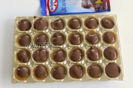 Или подогреем по инструкции в горячей воде глазурь, отрежем один уголок так, чтобы было маленькое отверстие. Выдавливаем  глазурь сверху на конфеты или аккуратно порциями распределяем шоколад  на конфеты.