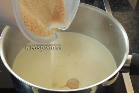 Подогреваем сливки с коричневым сахаром и ванильным сахаром.