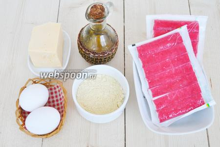Для приготовления котлет потребуется: крабовые палочки, сыр, яйца, чеснок. Масло для жарки и мука. Одну ложку пшеничной муки добавим в фарш чтобы, он не рассыпался. В двух ложках кукурузной муки  будем панировать котлеты перед жаркой. Если не любите хрустящую корочку, то замените кукурузную на пшеничную муку.