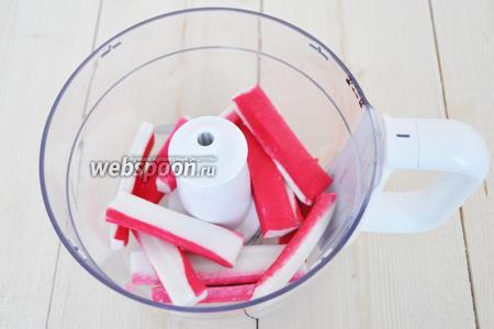 Крабовые палочки очистить от плёнки и положить в чашу блендера.