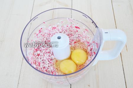 В измельчённые палочки добавить яйца, перемешать в блендере.