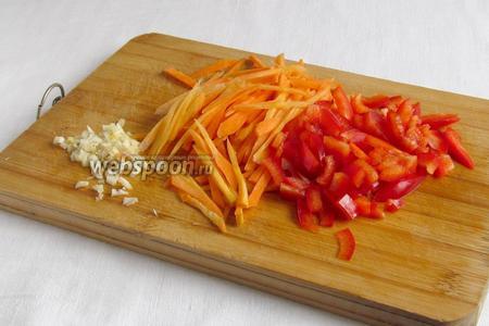 Морковь нарезать соломкой или натереть на корейской тёрке. Сладкий перец нарезать мелкими кубиками, чеснок измельчить удобным способом.