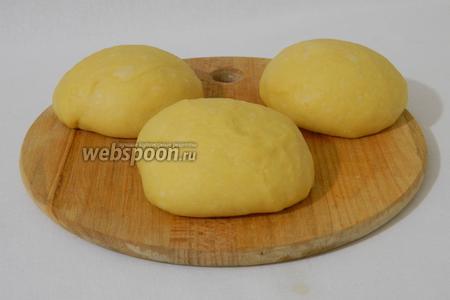 Подошедшее тесто делим на 3 части.