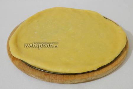 Поскольку кранч будет выпекаться в разъёмной форме, тесто раскатываем в пласты по диаметру формы, толщиной 0,5 см.