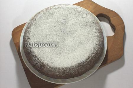 Готовому кексу дать немного остыть и посыпать сахарной пудрой.