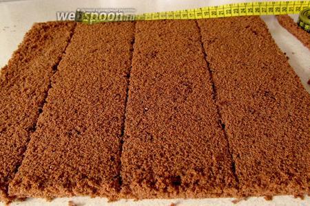 Измеряем размер своей формы и нарезаем бисквит по размеру. Нам нужно 3 коржа. Из остатков можно сделать пирожные, просто смазав их муссом или любым кремом.