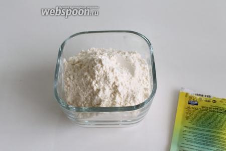 Смешать муку с щепоткой соли и разрыхлителем.