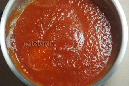 Пюре довести до кипения, чтобы томатное пюре вобрало в себя ароматы специй.