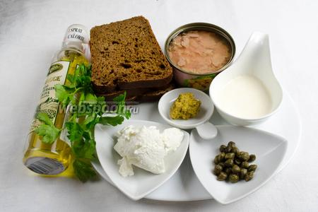 Чтобы приготовить брускетты, необходимо взять хлеб, оливковое масло, тунец консервированный, горчицу, сливки жирные 33%, сыр Рикотта, каперсы, перец чёрный молотый, петрушку.