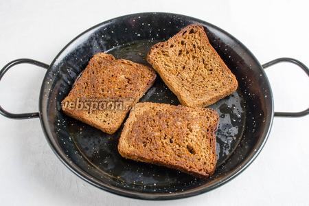 Ломтики хлеба взбрызнуть оливковым маслом и поставить в горячую духовку. Запечь в течение 15-20 минут до румяности при температуре 180ºC.
