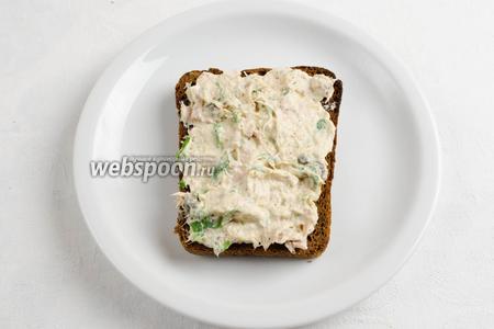 Закуска готова. Намазать на подсушенный хлебец массу. Подавать к обеду и на перекус.
