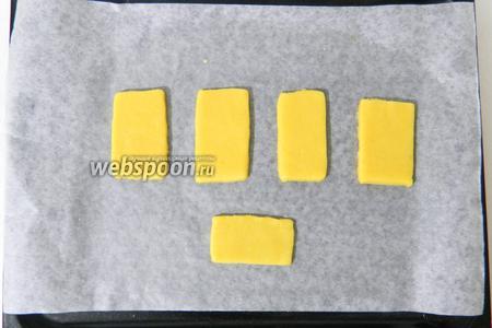 Выкладываем тесто на пртивень, у каждого прямоугольника слегка округляем углы.