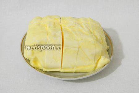 Мягкое сливочное масло нарезаем на кубики.