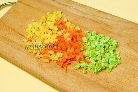 Мелко-мелко нарезаем цукаты, затем смешиваем их, чтобы получить разноцветную россыпь.