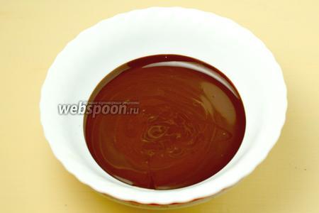 Шоколад разогреваем на водяной бане с двумя ложками сливок, взбиваем в однородную гладкую массу. Ставим посуду с шоколадной массой над горячей водой, чтобы шоколадная масса быстро не застыла.