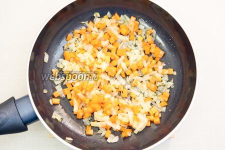 Лук и морковь нарежем кубиками и чуть обжарим на подсолнечном масле.  Я всегда обжариваю на сильном огне буквально 1-2 минуты, овощи остаются чуть сыроваты.