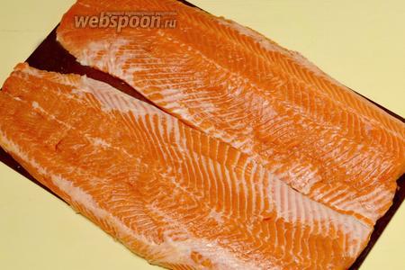 Очищаем рыбу от чешуи и внутренностей, разделываем на 2 филе.