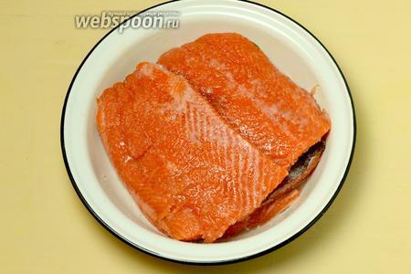 Разрезаем рыбу на крупные куски и кладём в подходящую посуду с широким дном.