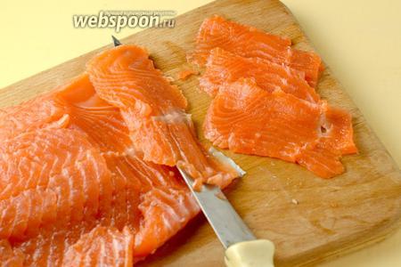 Готовую рыбку нарезаем, направляя нож под острым углом и срезая мякоть с кожи тонкими пластинками. Если рыбы поучилось много, часть можно отправить на хранение в морозилку, уложив в контейнер. После разморозки она не теряет своих качеств.