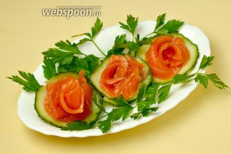 Нарезанную рыбу можно использовать для приготовления закусок, бутербродов и салатов.
