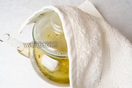 Через 5 минут влить отвар имбиря. Снова накрыть чайник полотенцем. Дать настояться чаю в течение 30-60 минут. Чем больше чай настаивается, тем насыщеннее будет жгучий имбирный вкус и цвет чая.