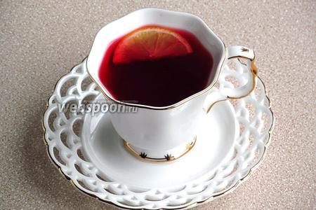 В каждую чашку положить по ломтику лимона и сразу же подавать.