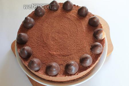 Вынуть торт из формы и украсить, посыпав какао. Шоколадные конфеты можно брать любые, у меня с цельным фундуком внутри.