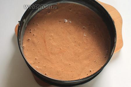 В смазанную маслом форму (диаметр 24 см) вылить тесто.