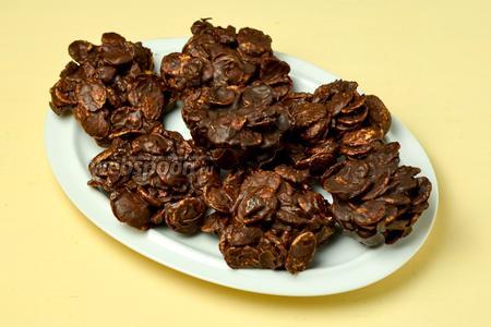 Застывшее печенье подаём к чаю. Хранить печенье можно в закрытом контейнере в холодильнике, но обычно до хранения дело не доходит.