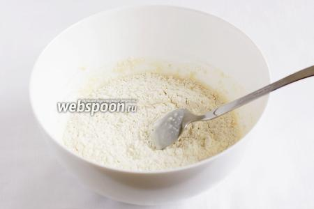 Затем добавим муку, яйцо, подсолнечное масло и замесим тесто. Муку подсыпаем постепенно, тесто должно получиться очень мягким. А если оно будет очень липнуть, то смазать руки подсолнечным маслом. Хорошо вымешанное тесто не липнет к рукам.