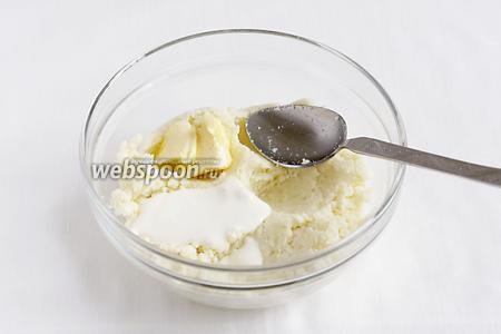 Добавить в начинку соль по вкусу, ложку сметаны и кусочек мягкого сливочного масла. Размешать всё до однородности. Начинка готова.