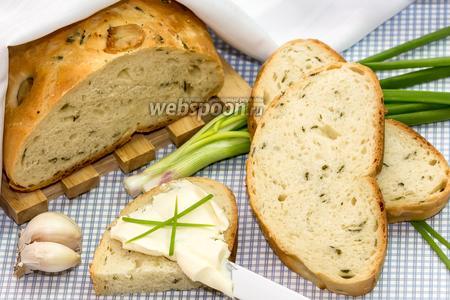 Хлеб с запечённым чесноком и зелёным луком