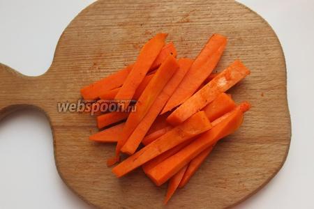 Тыкву нарезаем брусочками и посыпаем красным перцем (количество от вкусовых предпочтений).