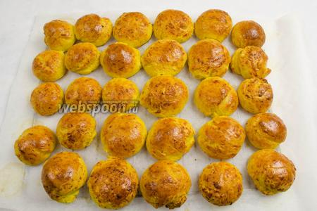 Готовые булочки вынуть из духовки. Остудить на решётке. Подавать к завтраку или обеду вместо хлеба.