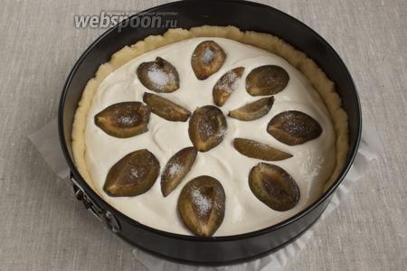 Чистые сливы разрезать пополам, косточки вынуть. Выложить половинки слив на пирог, слегка «утапливая» в заливке. Присыпать сливы сахаром.