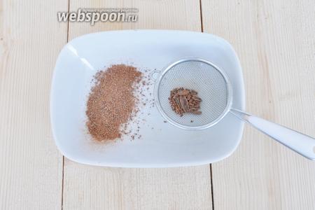 Корицу измельчить в кофемолке.