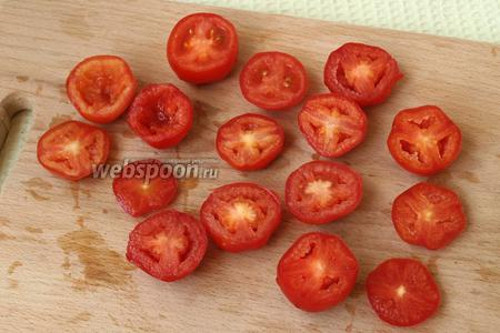 Помидоры, если размер идеально подходит разрезать пополам, немного вырезать мякоть. У меня помидоры были слегка разные, поэтому я подбирала их под размер яиц.