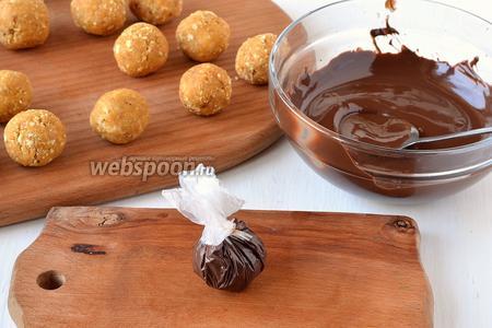 Соединить концы пищевой плёнки, закрутив их узелком. Весь тыквенный шарик должен покрыться шоколадом. Подготовленные узелки поместить на 30-40 минут в холодильник.