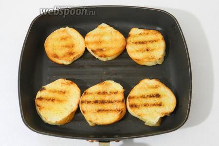 Сбрызгиваем их растительным маслом и слегка обжариваем на сковороде гриль с двух сторон.