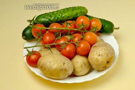 Пока курица запекается, займемся приготовлением роз. Для этого нам нужны картофель и помидоры, также для украшения понадобятся огурцы и зелень.