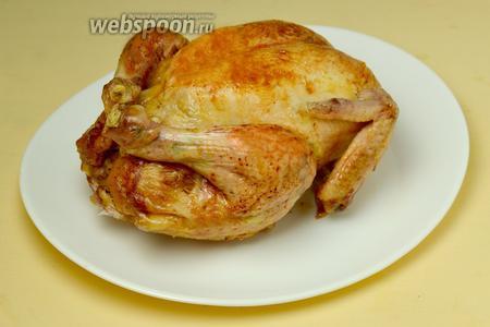 Извлекаем курицу из духовки, перекладываем на тарелку, удаляем нитки.