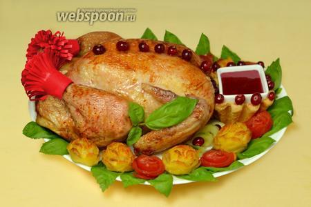 Оформляем курочку: на ножки надеваем красные «сапожки»-папильотки, у шеи помещаем корзиночку с соусом, по тушке укладываем ягоды клюквы (клеим также на джем) — это будут пуговицы кафтана. Окружаем курицу розами из картофеля и помидоров, спиральками огурца и зеленью. Курочка «Боярская в розах» готова прошествовать к столу!