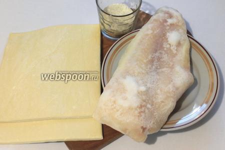 Для приготовления нам понадобятся тесто слоёное бездрожжевое, рис, филе пангасиуса, соевый соус, перец чёрный молотый, кунжут и желток яйца для смазывания слоек.